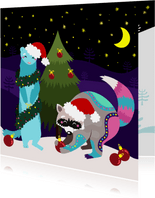 Vrolijke kerstkaart met wasbeer en fret die boom optuigen