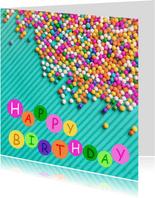 Vrolijke kleurrijke verjaardagskaart met gekleurde snoepjes