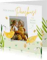 Vrolijke paaskaart dikke paaskus met foto en kuikens geel
