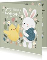 Vrolijke paaskaart met kuikentje, paashaasje en eieren