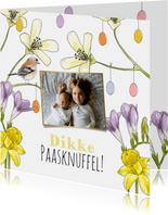 Vrolijke paaskaart met voorjaarsbloemen, vogeltje en foto