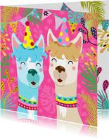 Vrolijke verjaardagskaart met alpaca's slingers en bloemen