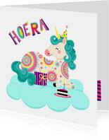Vrolijke verjaardagskaart met een unicorn op een wolk
