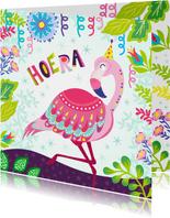 Vrolijke verjaardagskaart met flamingo, slingers en bloemen