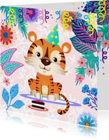 Vrolijke verjaardagskaart met tijger, bloemen en taart