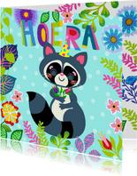 Vrolijke verjaardagskaart met wasbeer en bloemen