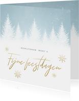 Zakelijke kerstkaart met sneeuw, bomen en 'Fijne feestdagen'