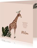 Zalmroze geboortekaartje met een giraffe en bladeren