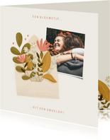 Zomaar kaartje foto met een bloemetje uit een envelop