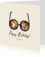 Zomerse verjaardagskaart met tropische planten en vogels
