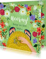 Zwangerschaps felicitatiekaart dikke buik in bloemenveld