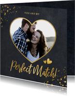Zwarte liefdeskaart met een eigen foto in hart vorm en goud