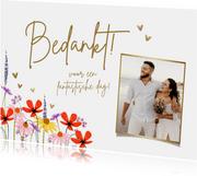 Bedankkaart met zomerbloemen en hartjes in goud