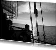 Boot met zonsondergang op rustig water