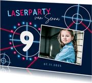 Kinderfeestje lasergames meisje neon foto laserschieten