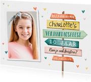 Kinderfeestje uitnodiging meisje wegwijzers hartjes foto