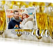 Nieuwjaarskaart Cheers to 2020 champagne foto