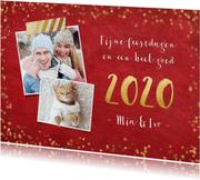 Stijlvolle rode nieuwjaarskaart met gouden confetti en 2020