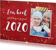 Trendy rode nieuwjaarskaart met gouden sterren en 2020