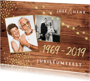 Uitnodiging jubileum goud hout stijlvol foto's hartjes