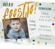 Uitnodiging kinderfeestje groen met confetti en waterverf