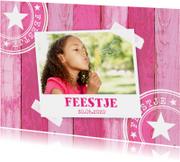 Uitnodiging kinderfeestje hout roze