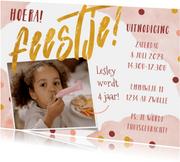 Uitnodiging kinderfeestje roze met waterverf en confetti