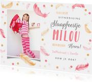 Uitnodiging slaapfeestje fotokaart veertjes confetti meisje