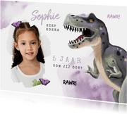 Uitnodigingskaart dinosaurus t rex meisje stoer vlinders