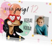 Vrolijke verjaardagskaart met hond, ballonnen en confetti