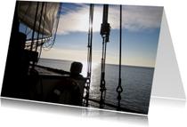 Boot op rustig water met ondergaande zon