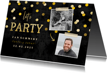 Einladung Geburtstagsparty auf Tafel mit Fotos und Konfetti