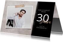 Einladung zum Geburtstag mit Foto und Betonhintergrund