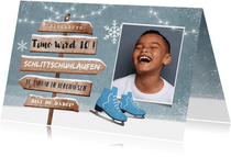 Einladungskarte blaue Schlittschuhe, Foto und Wegweiser