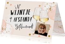 Feestelijke kaart met wijnglazen, ballonnen en foto