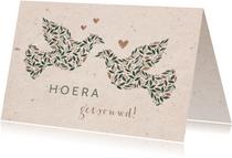 Felicitatiekaart 'hoera getrouwd' duiven met kraftlook