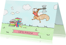 Felicitatiekaart met eekhoorn die studieboeken aanvalt