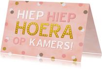 Felicitatiekaart op kamers met confetti voor een meisje