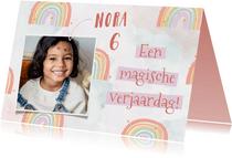 Felicitatiekaart verjaardag met regenboogjes en waterverf