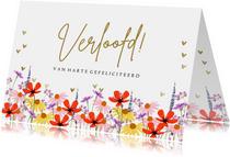 Felicitatiekaart verloofd met kleurrijke zomerbloeiers