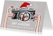 Grappige kerstkaart met photo camera met kerstmuts