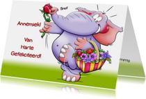 Grappige verjaardagskaart met olifant en een mandje bloemen