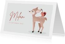 Grijsgroen geboortekaartje met getekend rendier en eekhoorn