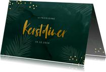 Groene uitnodiging kerstdiner met kersttakjes en confetti