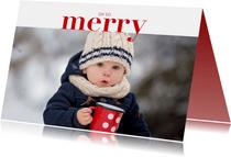 Hippe kerstkaart met grote foto en merry in rode letters
