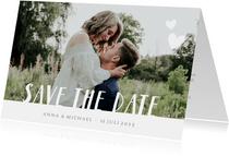 Hippe Save the Date kaart met eigen foto en witte letters