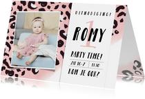 Hippe uitnodiging verjaardag kind met roze luipaard patroon