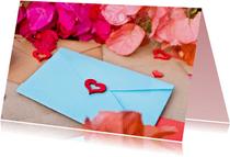 Ik denk aan je kaart met blauwe brief en roze bloemen