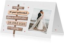 Jubileum uitnodiging wegwijzers hout foto huwelijk