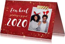 Kerst ansichtkaart met rode achtergrond en gouden sterren